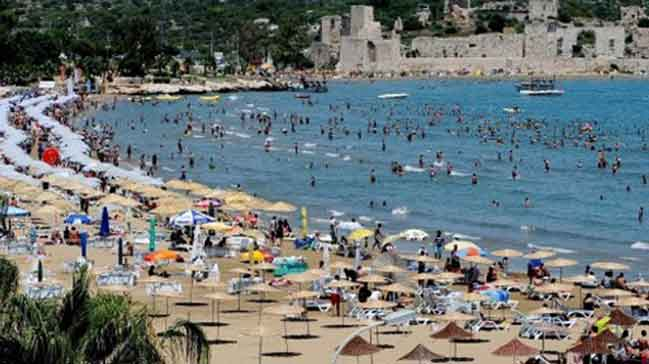 Turistler, Antalya'ya akın ediyor