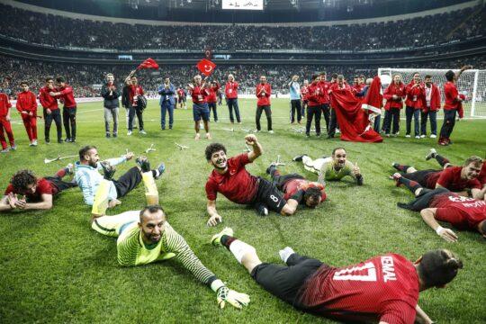 Futbolcular kazanıyor, klüpler zarar ediyor